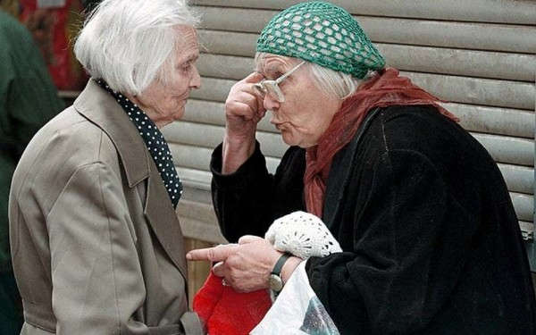 SPB02-19980911-ST. PETERSBURG, RUSSIAN FEDERATION - Two elderly women on a St. Petersburg's street market discuss the situation with the dollar rate going down fast and prices rising at the same time in the shops, Friday 11 September 1998. Russian President Boris Yeltsin who adressed to the nation on Russian TV, said that soaring prices must rapidly be brought down and goods restored to shop shelves. EPA-PHOTO/EPA/ANATOLY MALTSEV/vk/cl/ow